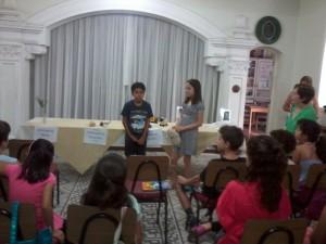 Crianças da catequese aprendem sobre a Semana Santa e seus símbolos