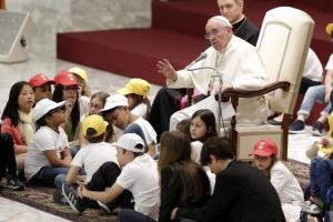 Papa Francisco é entrevistado por crianças em encontro no Vaticano