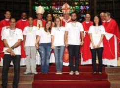 Paroquianos recebem os Sacramentos da Confirmação e da Primeira Eucaristia